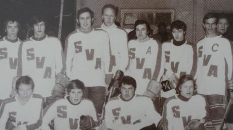 Die Eishockeymannschaft des SV Apfeldorf im Jahr 1972.