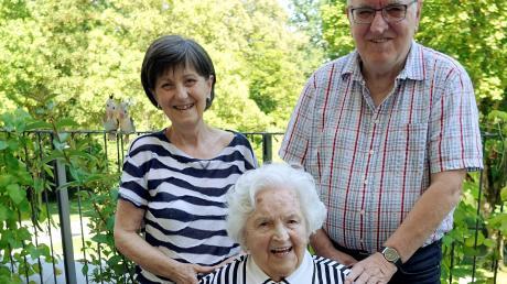 Theresia Rill feiert heute ihren 103. Geburtstag. Gestern gab es schon mal Blumen. Mit ihr freuen sich ihre Kinder Christa und Edmund.