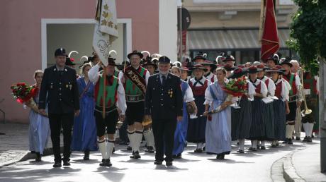 Am Sonntag zog die Festgesellschaft beim Dießener Feuerwehrjubiläum vom Feuerwehrhaus zum Gottesdienst im Marienmünster.