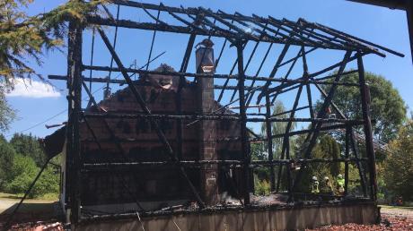 Großbrand in der Gemeinde Fuchstal. Auf einem ehemaligen Bauernhof hat es am Dienstag gebrannt. Das leer stehende Wohnhaus im Hintergrund konnte gehalten werden.
