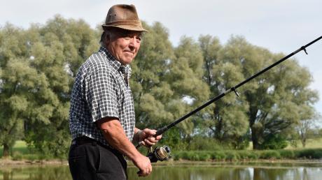 Josef Hiebler ist der Vorsitzende der Egelseefischer. Hier ist er beim Fischen am nördlichen Steg zu sehen.
