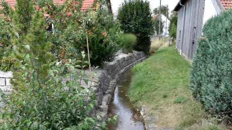 Der Loibach in Igling hat wenig Wasser.