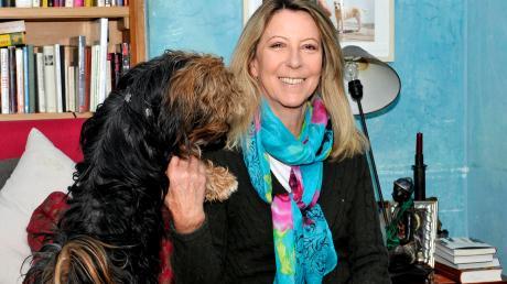 Manuela von Perfall starb völlig überraschend im Alter von 66 Jahren. Hier im Bild mit ihrem Hund Viva.