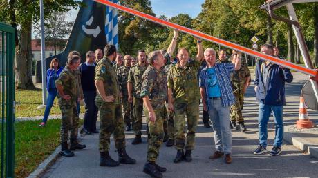 Das Nachkommando des Lufttransportgeschwaders LTG 61 hat den Fliegerhorst in Penzing am Freitag verlassen. Das Bild zeigt, wie die letzten Angehörigen und Mitarbeiter die Hauptwache passieren.