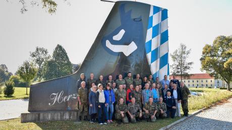 Das Nachkommando verlässt den Fliegerhorst. Der Rest des Nachkommandos am Leitwerk.