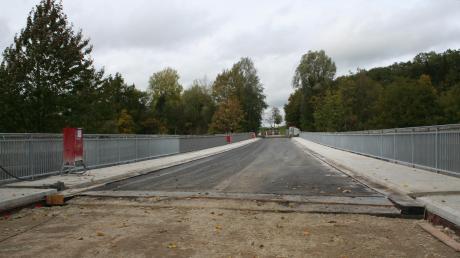 Noch ist die Lechbrücke zwischen Apfeldorf und Kinsau eine Baustelle. In knapp zwei Wochen soll der Verkehr dort wieder rollen. Die Arbeiten hatten sich verzögert, weil bei der Sanierung festgestellt wurde, dass die Statik des Bauwerks nicht in Ordnung war.