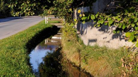 Der Mühlbach in Scheuring fließt meist ruhig dahin. Dennoch ergreift die Gemeinde derzeit mehrere Hochwasserschutzmaßnahmen.