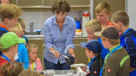 Wie man Stuck herstellt, wurde den Pestenackerer Kinder kürzlich bei einer Veranstaltung des neuen Dorfvereins gezeigt.