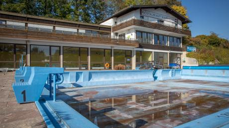 Das Gelände des Warmfreibads in Greifenberg soll umgestaltet werden. Dort, wo sich derzeit noch das alte Schwimmbecken befindet, soll künftig ein Hallenbad entstehen, das Fitnessstudio und Hotel verbindet.