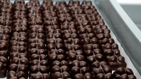 Süße Versuchung: Diebe haben von der Ladefläche eines Lkw an der B17 bei Hurlach mehrere Paletten Schokolade gestohlen.