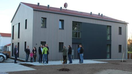 Vier gleich aussehende Häuser mit 16 Wohnungen hat die Gemeinde Fuchstal für einkommensschwächere Mieter bauen lassen.