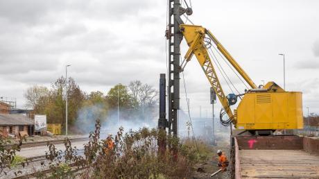 Ein Spezialzug setzt Strommasten für die Elektrifizierung der Strecke München-Lindau. Ab Donnerstag, 11. April, wird auch die Strecke zwischen Aichstetten und Hergatz ausgebaut.