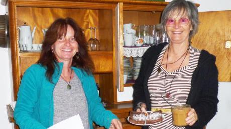 Eleonore Mühlberg (rechts) und Petra Schiele freuen sich über die Eröffnung des Äppel-Store im ehemaligen Gasthaus Goggl in Unterdießen.