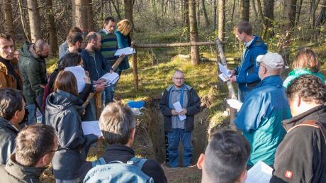 Die Teilnehmer lauschten unter anderem dem Vortrag des Österreichers Lorenz Hähnchen (Mitte). Im Wald bei Scheuring wurden jetzt unter anderem die Ergebnisse der seit Frühjahr laufenden Forschungen ausgewertet.