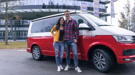 Christoph Edinger aus Weil hat bei einer Online-Aktion von Antenne Bayern einen Bulli gewonnen. Mit ihm freut sich seine Frau Monika.