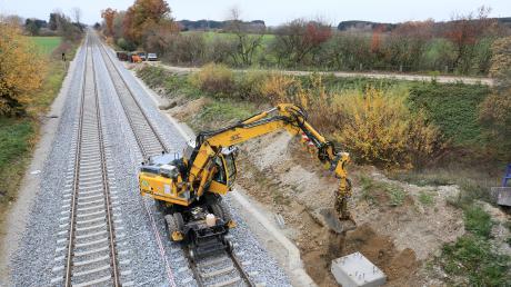 Momentan läuft die Elektrifizierung der Bahnlinie München-Lindau - wie hier bei Igling - auf vollen Touren.