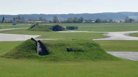 Wie wird der Fliegerhorst genutzt, wenn die Bundeswehr das Gelände zurückgibt? In Penzing (im Hintergrund) wird darüber viel diskutiert. Wie groß das Interesse an dem Thema ist, zeigte sich bei der Bürgerversammlung im Gasthaus Frank.