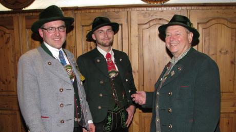 Nach 35 Jahren hat Josef Probst (rechts) den Vorsitz der Arbeitsgemeinschaft der Trachtenvereine im Landkreis abgegeben. Markus Burmberger (links) aus Stoffen und Tobias Linke aus Hofstetten werden sich die Aufgaben künftig teilen.