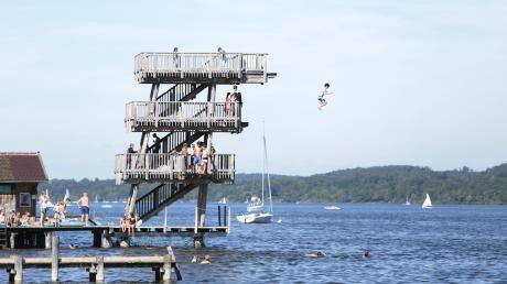 Der Sprungturm gehört zum Strandbad wie die schöne Liegewiese und der Steg. Den freien Zugang dazu wollen sich die Uttinger unbedingt erhalten.