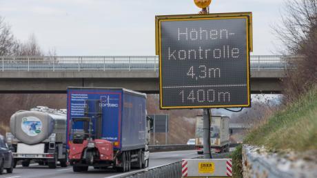 Immer wieder löst die Höhenkontrolle an der A96 hier vor dem Echinger Tunnel oder dem Etterschlager Tunnel aus. Die Röhren sind gesperrt, es kommt zu Staus. Jetzt werden an den Auffahrten mobile Höhenkontrollen eingerichtet.