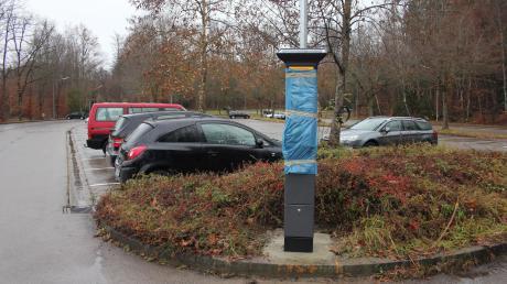 Die Parkscheinautomaten sind am Bahnhofsparkplatz Nord in Geltendorf schon aufgestellt. Gegen die Gebühren gibt es eine Online-Petition.