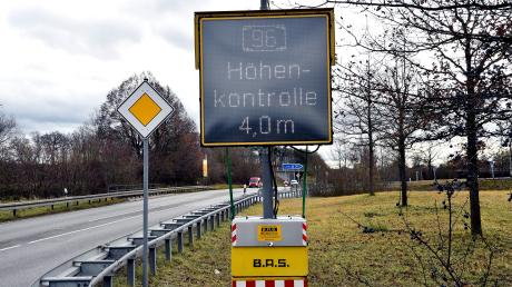 An einigen Autobahnauffahrten auf die A96 wird bereits darauf hingewiesen: zu hohe Lkw sind nicht erlaubt.