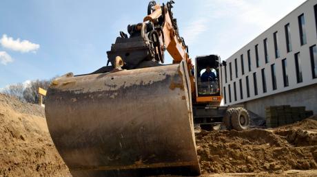 Unbekannte haben aus einem Bagger in einer Kiesgrube bei Hurlach rund 380 Liter Diesel abgezapft.