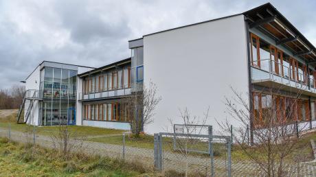 Die Windacher Schule bedarf einer umfangreichen Sanierung, was nicht so einfach ist, da das Gebäude seit Februar unter Denkmalschutz steht.