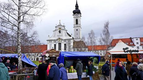 Der Dießener Weihnachtsmarkt findet auch 2019 vor der Kulisse des Marienmünsters statt.