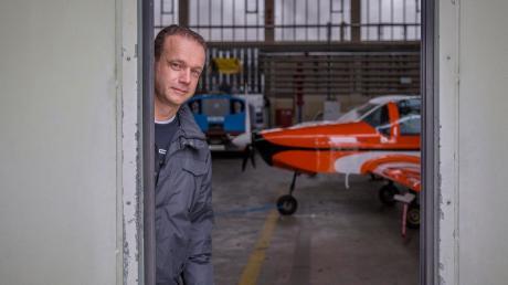 Thomas Schneider aus Schondorf ist der Vorsitzende der Flugsportgruppe Landsberg. Die Flugzeuge des Vereins sind zurzeit in Halle 1 am Fliegerhorst in Penzing untergebracht. Bis Ende Juni nächsten Jahres muss sie geräumt sein.