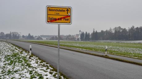 Östlich der Straße zwischen Egling und Heinrichshofen (im Hintergrund) soll das geplante Gewerbegebiet entstehen.