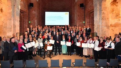 Die neuen Ehrenzeichenträger mit Ministerpräsident Markus Söder in der Allerheiligen Hofkirche, 22 der 89 Geehrten kommen aus dem Landkreis Landsberg.