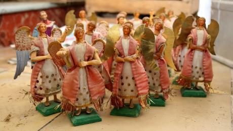 Die Engelsschar wird bei der Geburt Jesu zu sehen sein. Die Wachsköpfe wurden aus unterschiedlichen Formen gegossen, die Figuren sind weit über 100 Jahre alt.