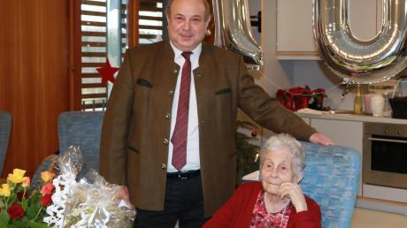 Ein großer Hunderter kündete vom 100. Geburtstag von Franziska Gronau, zu dem unter anderem der Greifenberger Bürgermeister Johann Albrecht gratulierte.
