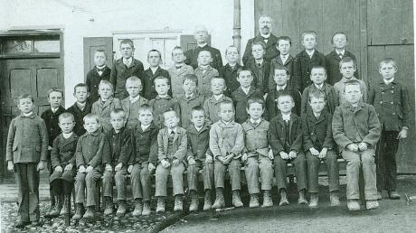 Schulklasse_um_1910_vor_dem_Schulhaus_mit_Geistl.Rat_Josef_Geiger_und_dem_LehrerJosef_Anton__Diepolder.jpg