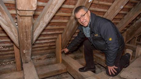 Pfarrer Martin Rudolph im Dachstuhl von St. Pankratius in Ramsach. Dort sind mehrere Balken marode.