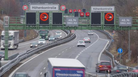 DieHöhenkontrolle an der A96 vor dem Echinger Tunnel löst immer wieder aus. Lange Staus sind die Folge. Die Probleme sollen bald der Vergangenheit angehören.