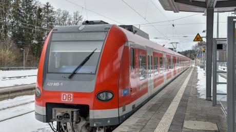 """Diese S-Bahn in Geltendorf fährt in Richtung Kaufering. Die Anzeige """"Nicht einsteigen"""" verrät aber, dass sie nur zum Wenden in diese Richtung fährt. In einigen Jahren könnte es aber durch einen MVV-Beitritt des Landkreises so weit sein, dass es bis nach Kaufering weitergeht."""