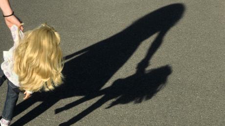 In Erpfting ist ein kleines Mädchen plötzlich auf die Straße gerannt und gegen einen vorbeifahrenden Kleintransporter geprallt.