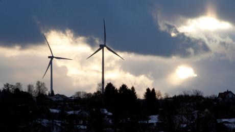 Im Denklinger Ortsteil Menhofen stehen bereits zwei Windräder. Ein Teilflächennutzungsplan soll verhindern, dass überall Anlagen gebaut werden können.