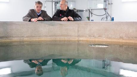 Norbert Köhler (links) und Ulrich Heindl von den Stadtwerken am Wasserbehälter an der Teufelsküche: Damit die Landsberger Trinkwasserversorgung sicher bleibt, werden die Stadtwerke jetzt nach weiteren Trinkwasserquellen suchen.