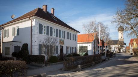 Über die künftige bauliche Gestaltung der Alten Schule in der Dorfmitte von Erpfting wurde unter anderem bei der Bürgerversammlung in dem Landsberger Stadtteil diskutiert. Heuer sind Planungskosten in Höhe von 100000 Euro eingeplant.