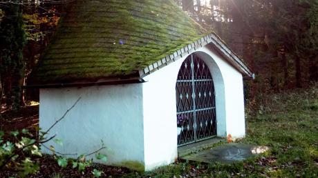 """Die Winkelkapelle bei Kinsau wurde 1985 erbautund liegt am Waldrand """"Im Winkl"""" über dem Steilhang des Lechs."""