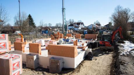 Der erste Wohnblock mit sechs Einheiten wird derzeit in der Birkenstraße in Denklingen errichtet. Drei größere Mehrfamilienhäuser sollen folgen, sodass es letztlich insgesamt 63 Wohnungen sein werden.