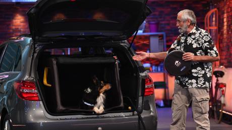 """Ernstfried Prade aus Kinsau hat eine aufblasbare Transportbox für Hunde entwickelt. Er war bei der TV-Show """"Das Ding des Jahres"""" auf ProSieben dabei."""