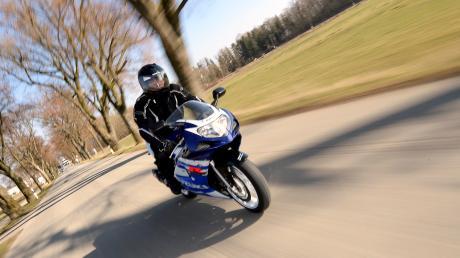 Ein Motorradfahrer ist in Fultenbach in ein Verkehrsschild gekracht. Das Bild ist ein Symbolfoto.