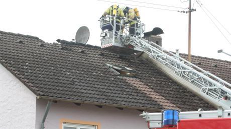 Rund 60 Feuerwehrleute waren am Samstagmittag in Apfeldorf im Einsatz. Das Feuer im Dachbereich eines Wohnhauses konnte schnell eingedämmt werden.