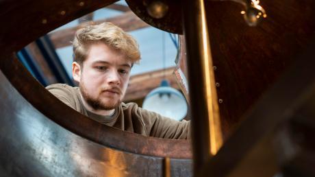 Stephan Albrecht beim prüfenden Blick in den Sudkessel. Der 19-Jährige aus Denklingen lernt Brauer und hat sein erstes Starkbier gebraut, das am Samstagabend beim Starkbierfest im Schongauer Brauhaus ausgeschenkt wird.