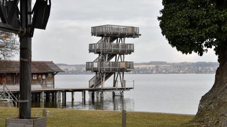 Verschlossene Absprünge im Winter und verlängerte Badeaufsicht im Sommer sieht ein Rechtsgutachten zur Nutzung des Sprungturms in Utting vor.