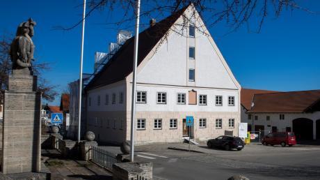 Der Umbau des Gasthauses Hirsch in Denklingen zum neuen Rathaus und die Neugestaltung des Platzes davor sind Projekte, die die Gemeinde mehrere Millionen Euro kosten.